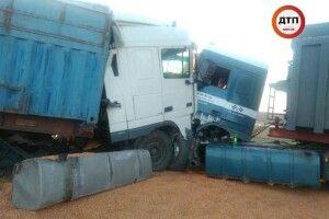 Величезна яма на дорозі спричинила зіткнення двох вантажівок на Миколаївщині (фото)