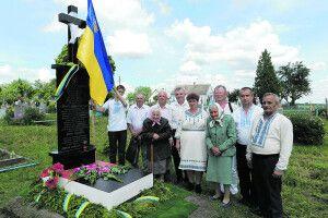 Через 75 літ Тетяна Гальчин знову поклала на могилу квіти, через які тоді на 10 років загриміла в сталінські табори