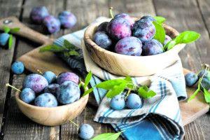 Синя накидка, хвостик – як нитка, смачна і зваблива соковита слива