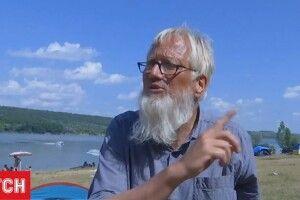 Турист із Німеччини  не зміг дивитись  на засмічену Україну  і взявся прибирати (Відео)