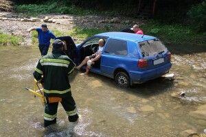 Бійцям ДСНС довелося рятувати дядька, який опинився в автівці посеред річки (фото)