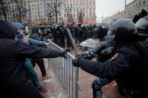 У Росії масові затримання та побиття на акціях протесту проти Путіна