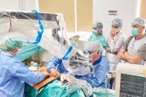 Через щільний графік зміг вибратися лише у вихідний: столичний хірург з волинськими медиками рятували слух маленьким пацієнтам
