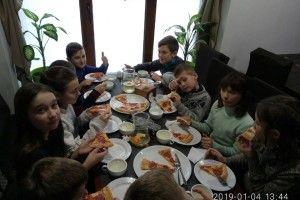 Діти з сімей, що знаходяться в складних життєвих обставинах, завдяки благодійникам  куштували піцу