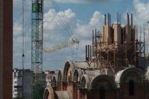Біля луцького Собору Всіх Святих Землі Волинської надірвалася стріла крана (Фото)