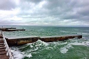Ураганний вітер в Одесі здув у Чорне море візочок з дитиною