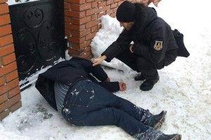 На Гнідавській чолов'яга так начаркувався, що заснув просто в кучугурі снігу (фото)