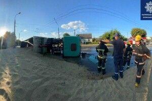Повідомили, чи був тверезим водій вантажівки із зерном, яка перекинулась в Луцьку