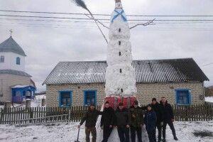 Жителі волинських сіл один поперед одного ліплять рекордних сніговиків (Фото)