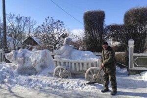 Чоловік уже 40років поспіль створює велетенські зимові скульптури