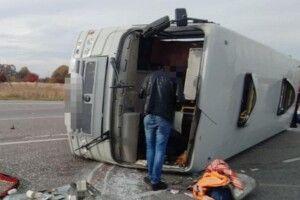 В Україні – серйозна ДТП з білорусами: автобус зіткнувся з вантажівкою та перекинувся (Фото)