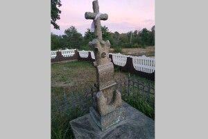 То хто ж похований біля церкви у глухому поліському селі?