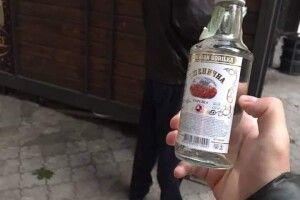 О сьомій ранку продавці підпільного алкоголю в Луцьку вже на «бойовому посту»
