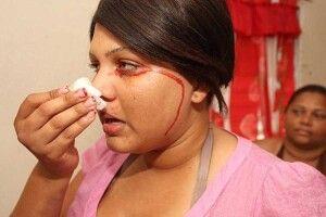 Дівчина плаче… кров'ю
