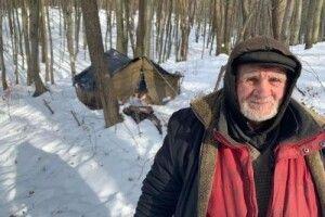 Ні він, ні діти не хочуть жити разом: на Львівщині в лісі з липня живе чоловік (Фото)