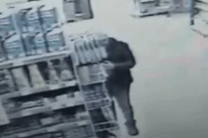 Самогубство у супермаркеті: чоловік зарізав себе новим ножем (Відео 18+)