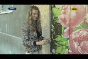 Художниця на карантині розмальовує двері багатоквартирних будинків