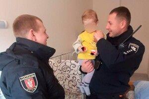 Луцькі поліцейські провідали в лікарні врятовану ними дівчинку, яку горе-батьки забули на морозі