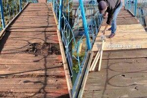 Після того, як у Рівному на мосту впала бабуся, незнайомець відремонтував пошкоджену ділянку