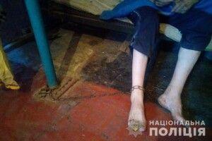 Рідна матір тримала на ланцюгах 36-річного сина (фото)