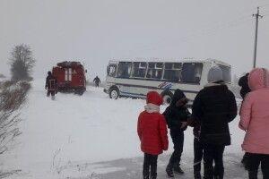На Волині рятувальники витягнули з замету шкільний автобус (Фото, Відео)