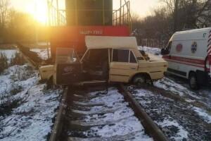 Поїзд врізався в «жигулі» і протягнув їх близько 200 метрів (Фото)