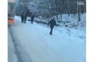 На Волині – потрійна ДТП, два автомобілі злетіли з дороги (Відео)