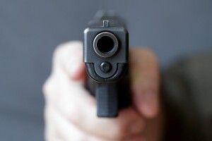На Донеччині закутий у кайданки грабіжник під час допиту вихопив у поліцейського табельний пістолет і застрелився