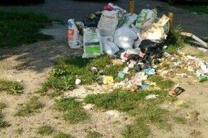 Ремонт зробили - а сміття залишили під будинком
