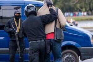 У центр Мінська стягнули бронетехніку, на площах – силовики з автоматами (Відео)