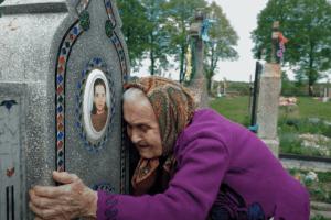 Завдяки волонтерам 95-річна ківерчанка відвідала могили рідних (Відео)