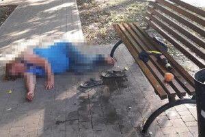 Поки мати спала під лавкою самотній хлопчик тинявся вулицями (Фото)
