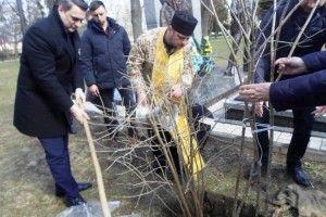 Біля могили Героя Василя Мойсея цвістиме калина (Фото)