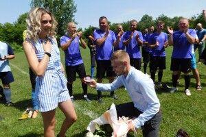 На Волині закоханий юнак освідчився прямо… на футбольному полі