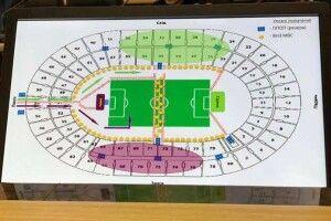 Люди не прийшли вболівати «за Зеленського»: його штаб в паніці роздає запрошення прямо перед стадіоном – аби «не світити» порожніми трибунами