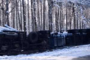 На Волині перекинулась вантажівка (Фото)
