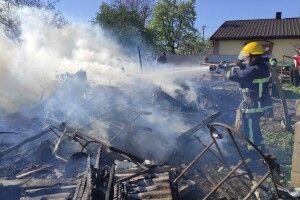 Вогонь ледь не перекинувся на хату: на Горохівщині сталася пожежа (Відео моменту)