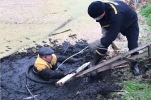 Українець, якого засмоктало в болото, кілька годин просив про допомогу (Відео)