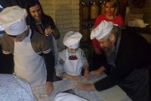 «Янголята» разом ізмитрополитом вчилися пекти піцу