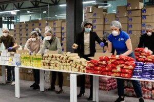 Тисячі продуктових наборів від Фонду Порошенка відправлені пенсіонерам