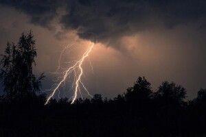 Град та шквали: в Україні оголосили штормове попередження