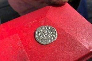 Французький фермервикопав на власному городі скарб: 14 тисяч срібних та бронзових монет XIII століття!