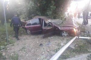 21-річна дівчина на Mercedes спробувала втекти з місця ДТП, але врізалася в дерево і загинула