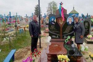 Тепер здалеку видно місце, де спочиває український герой