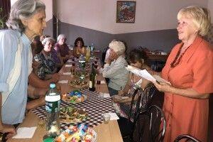 У 85-річної медсестри Галини Ковальської пацієнтів хоч відбавляй!