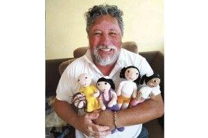Бразильський дідусь ізвітиліго в'яже ляльок, таких яксам