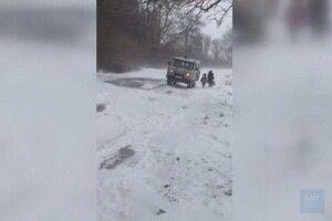 На Волині біля лісу в сніговому заметі затрягла «швидка» з хворим