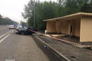 У селі на Волині автомобіль врізався в зупинку