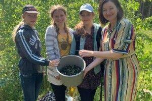Нардеп разом із місцевими мешканцями збирала чорниці (Фото)