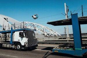 Українець зробив п'ятиметрове сальто між двома вантажівками, які рухалися